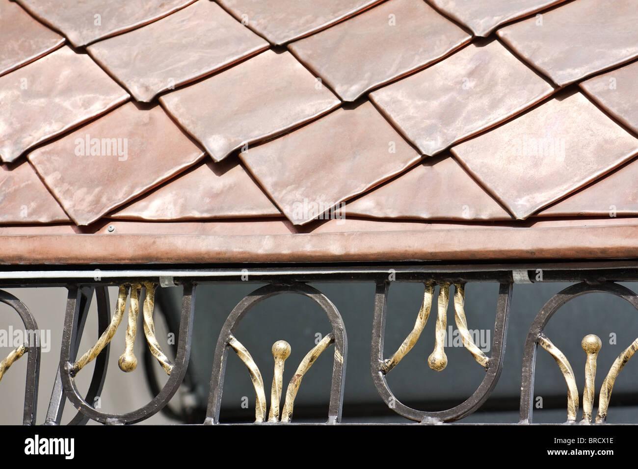 Dach mit Kupferplatten bedeckt und verziert mit geschmiedeten Gitter (Kiew-Pecherskaya Lawra Kloster, Kiew, Ukraine) Stockbild