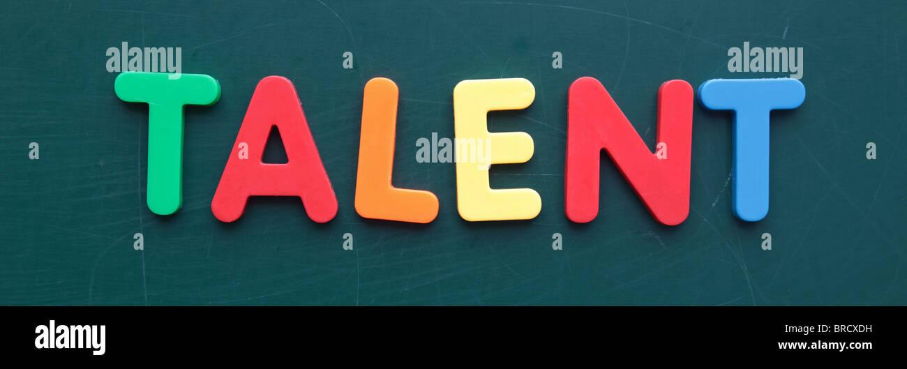 Der Begriff für Talent in bunten Buchstaben auf einer Tafel. Stockbild