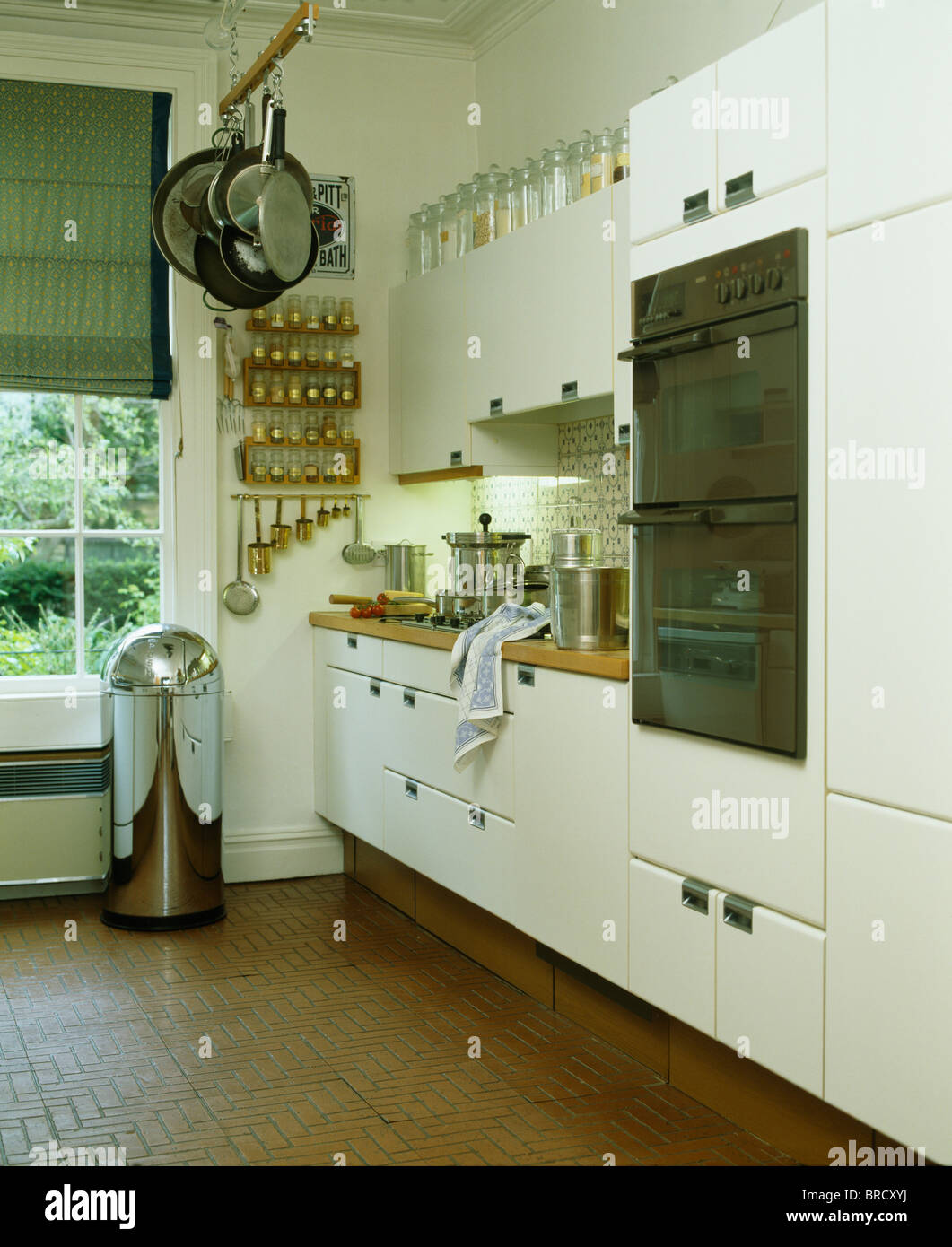 Edelstahl-Abfallbehälter am Krankenbett Fenster in moderne weiße ...