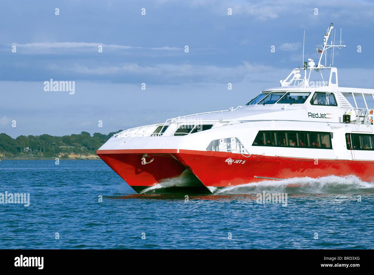schnelle Katamaran rot Jet Cowes nach Southampton Stockbild