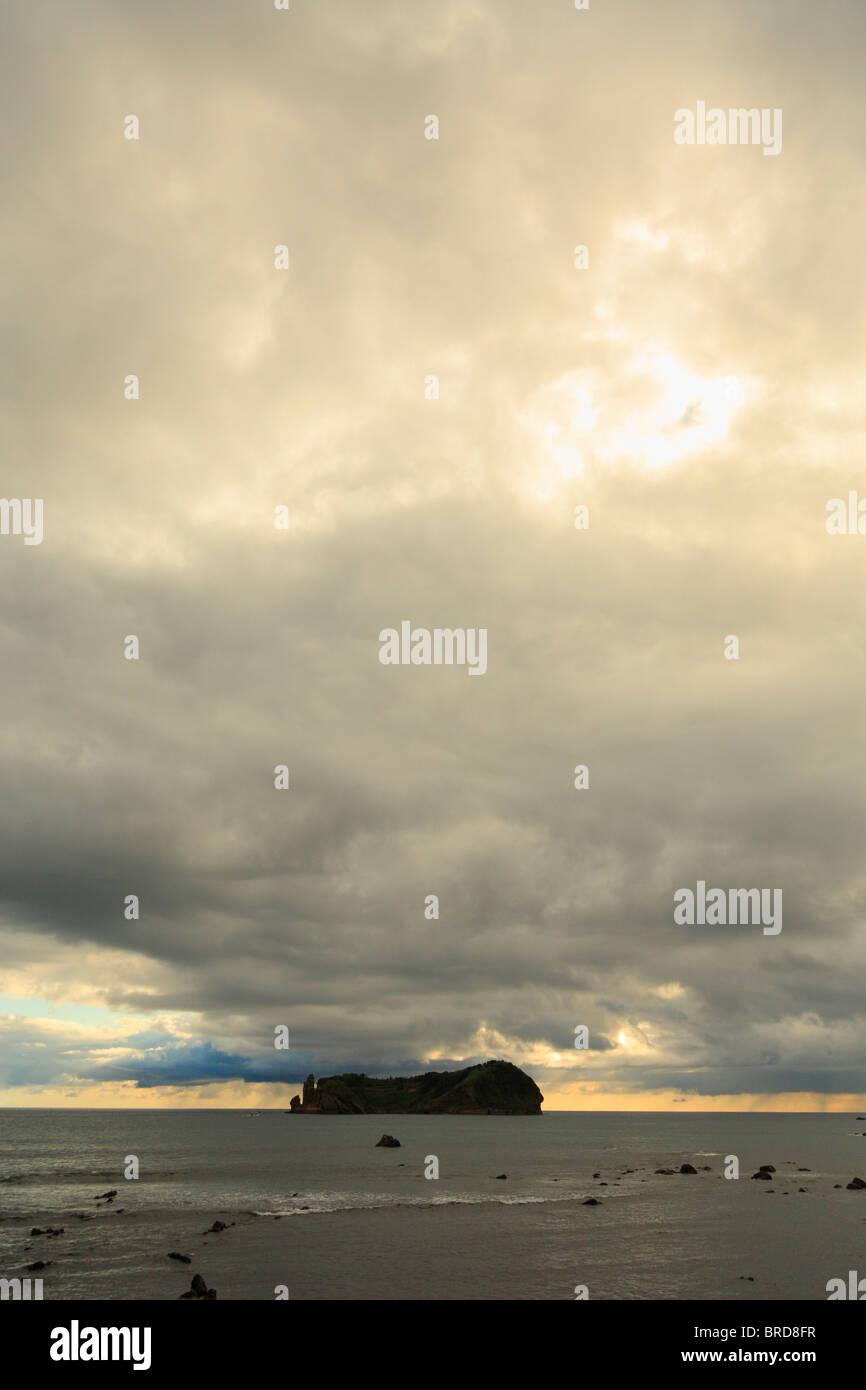 Die kleine Insel von Vila Franca Do Campo, vor der Küste von Sao Miguel Insel unter einem bewölkten Himmel. Stockbild