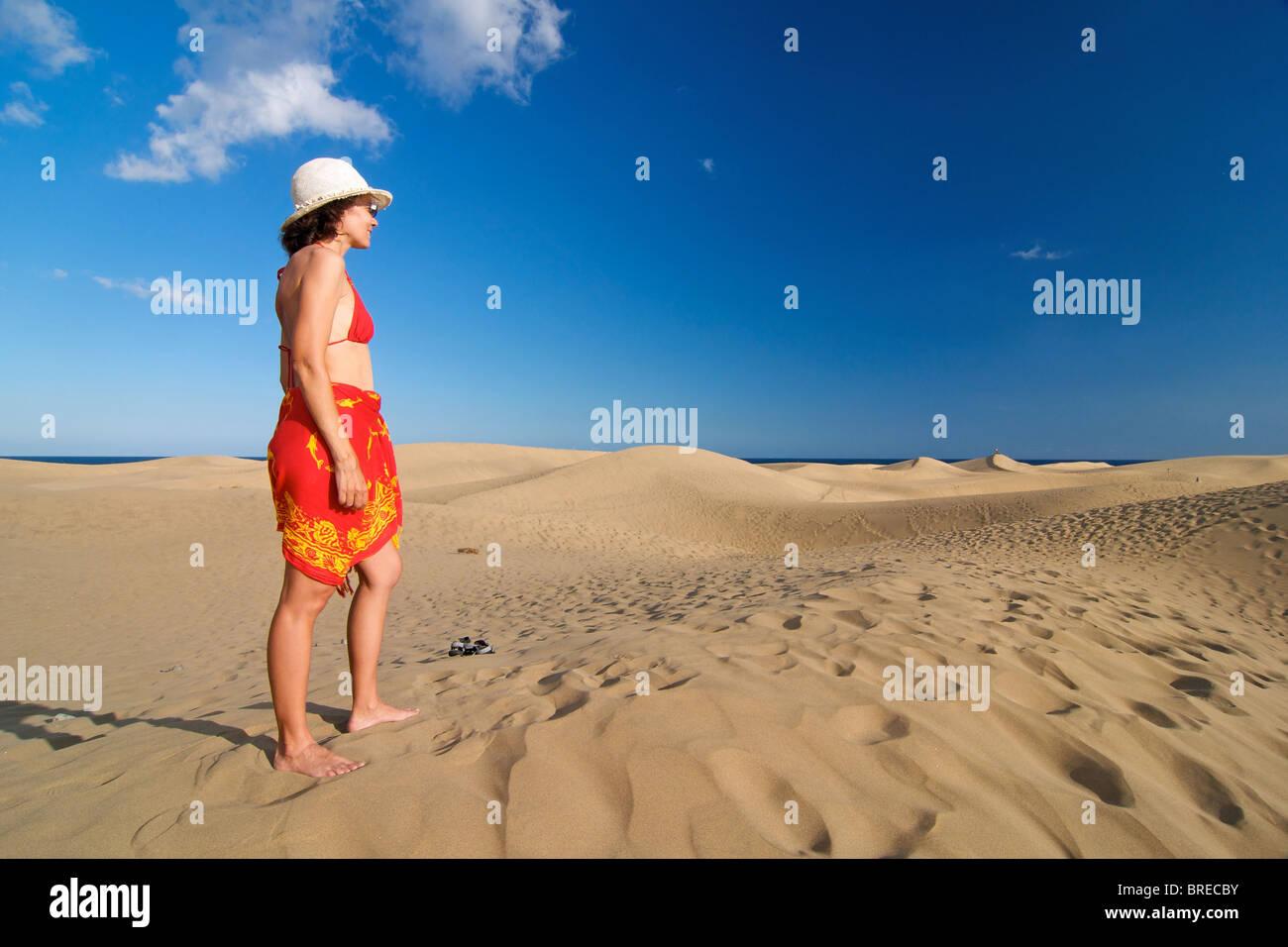 Frau in den Dünen von Maspalomas, Gran Canaria, Spanien Stockbild