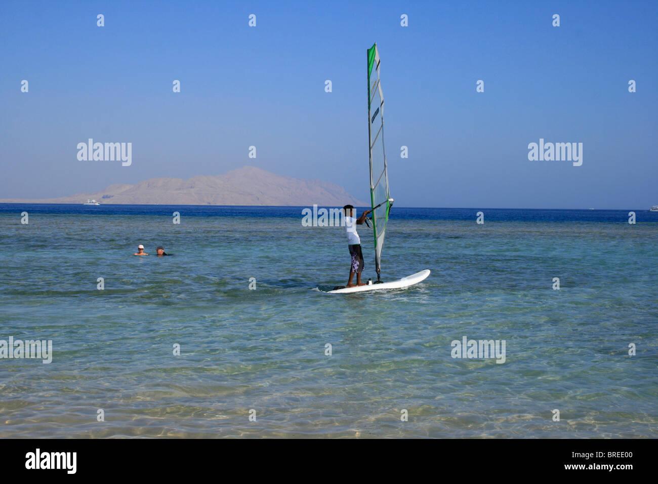 Das Rote Meer mit Tiran Insel im Hintergrund, Ägypten Stockbild