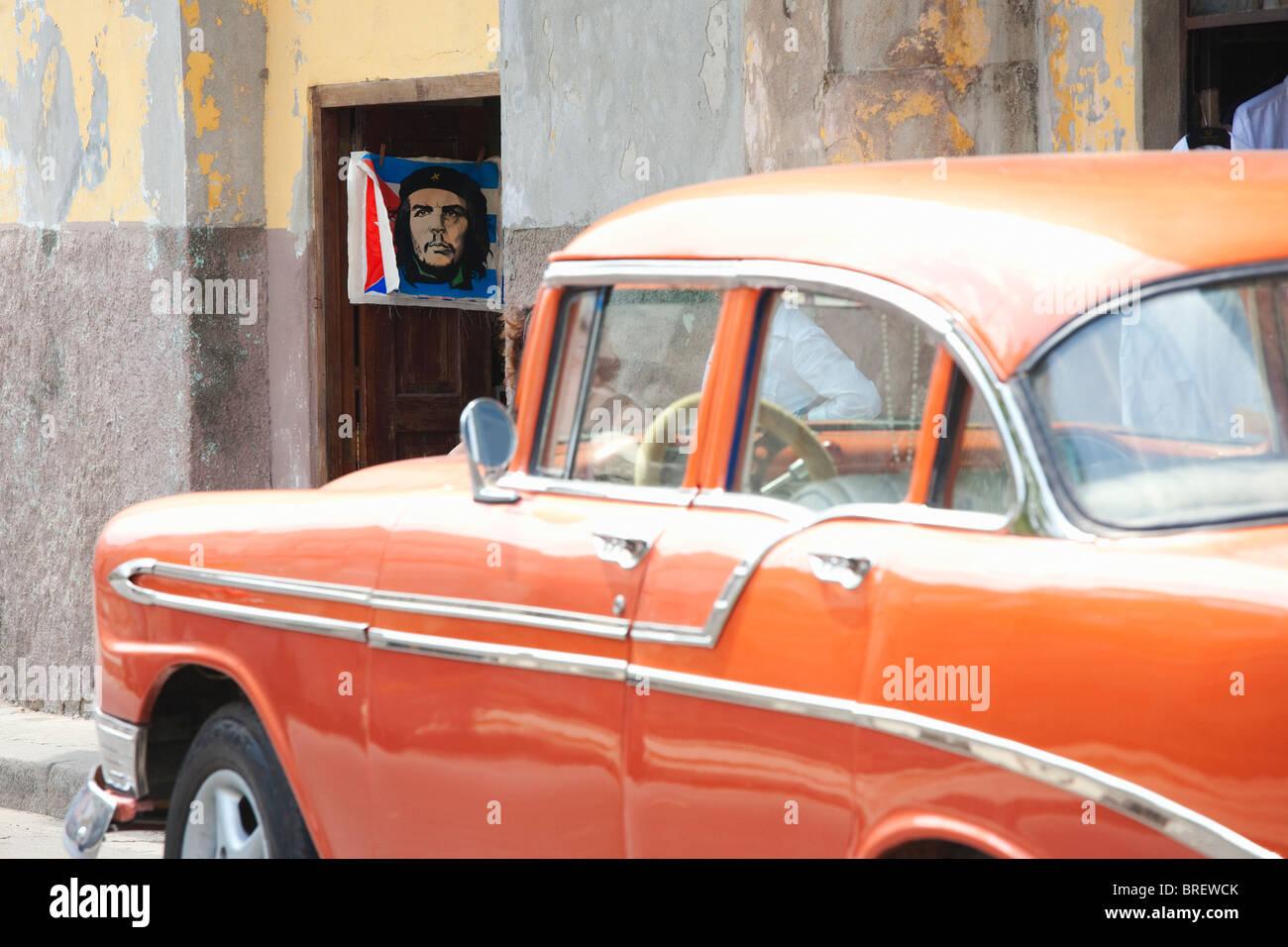 HAVANNA: VINTAGE CAR UND CHE GUEVARA-POSTER Stockbild