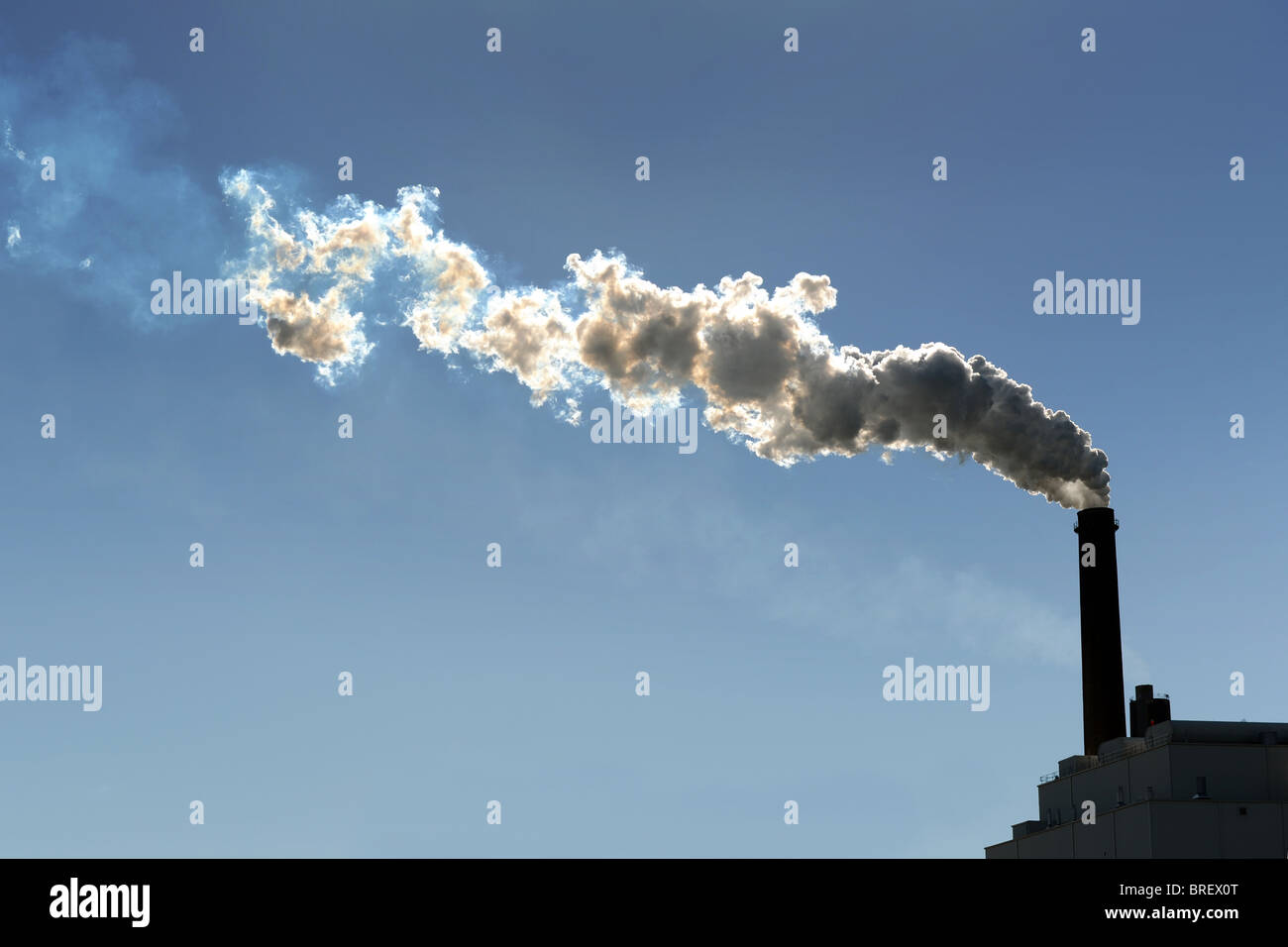 Schornstein Rauchschwaden in die Atmosphäre Stockbild