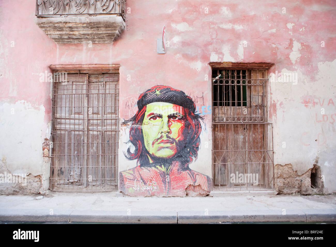 HAVANNA: HABANA VIEJA UND WANDGEMÄLDE VON CHE GUEVARA Stockbild