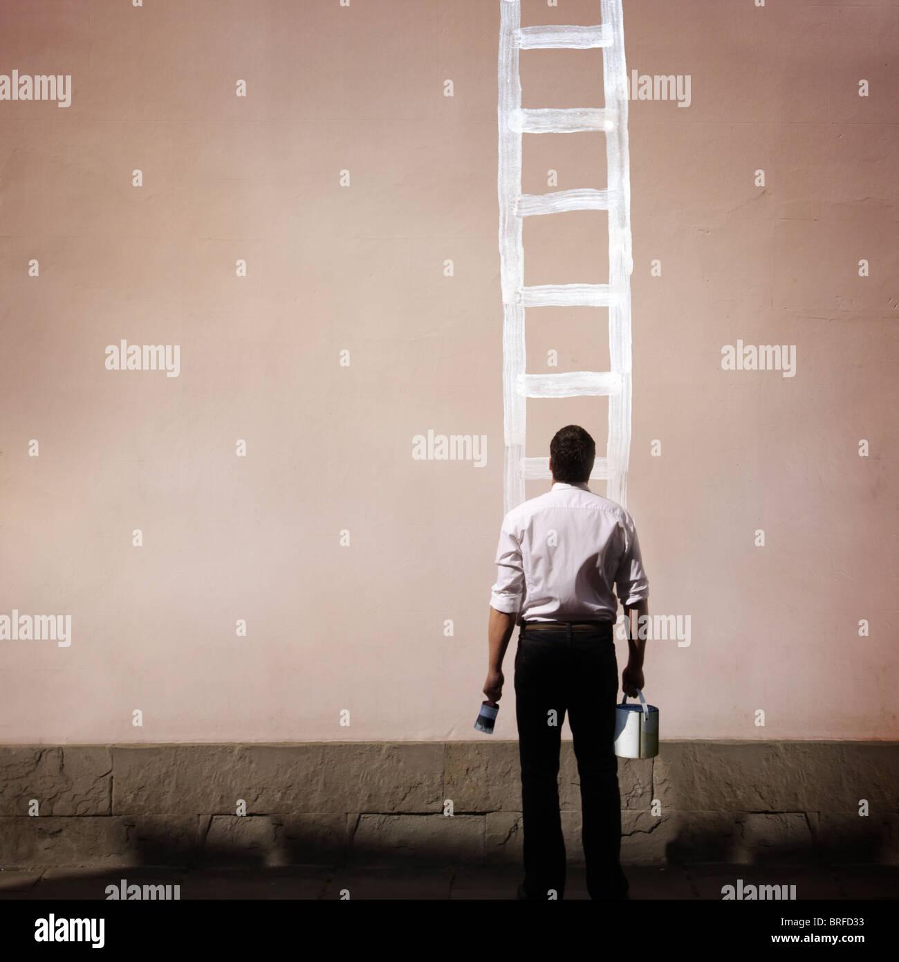 Mann mit bemalten Leiter auf Wand Stockbild