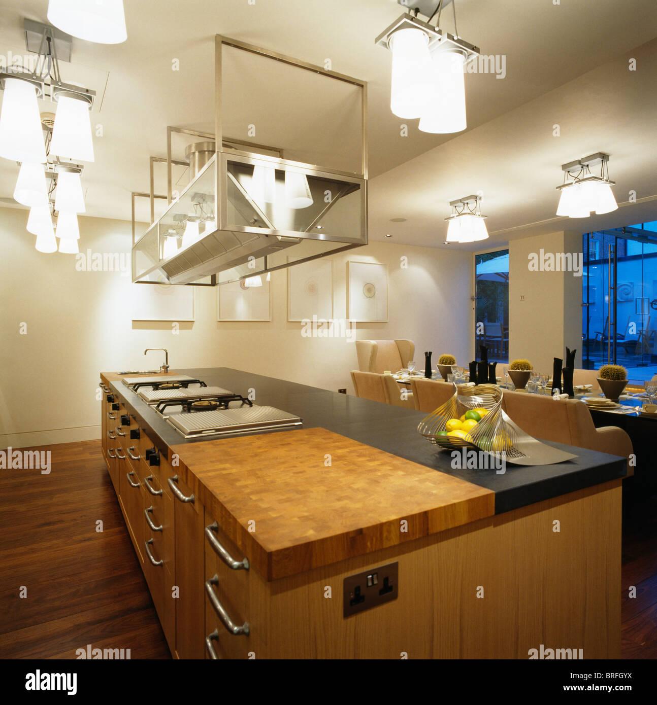 Hängende Edelstahl Regale Und Deckenleuchten über Insel Gerät In Große Loft  Umbau Küche Esszimmer