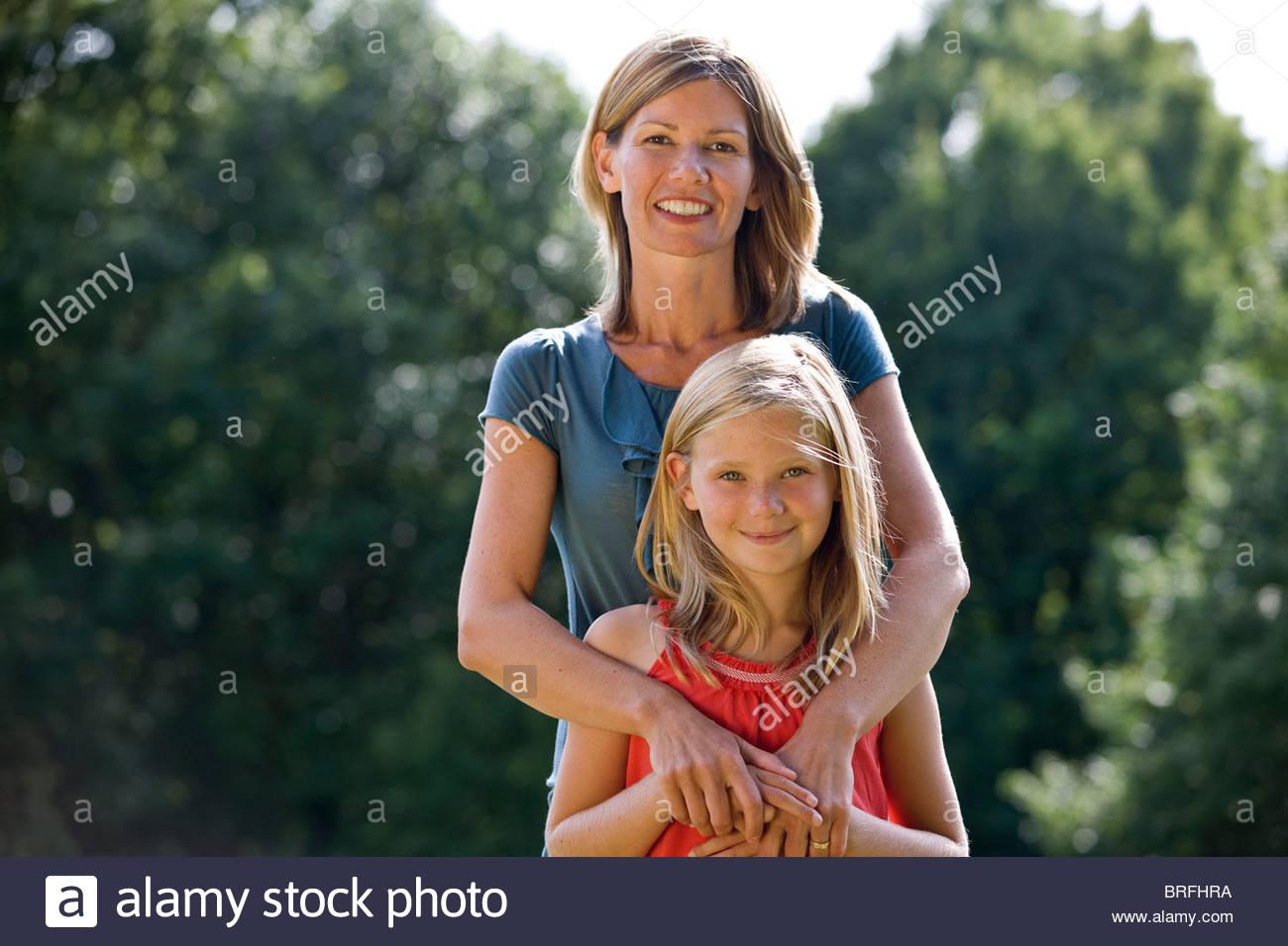 Porträt einer Mutter umarmte ihre Tochter Stockbild