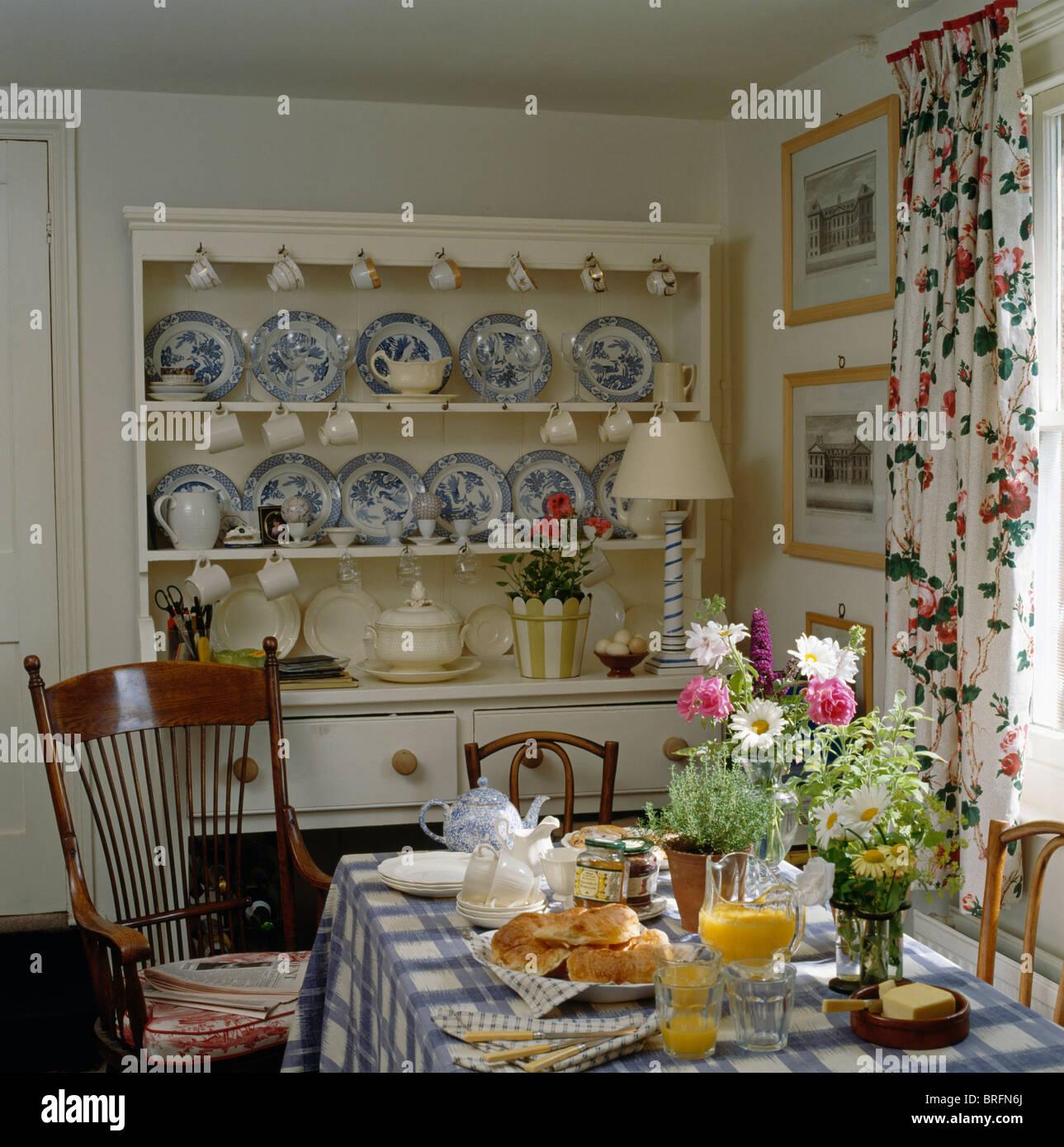 Blau Weiss China Sammlung Auf Creme Kommode Im Cottage Esszimmer