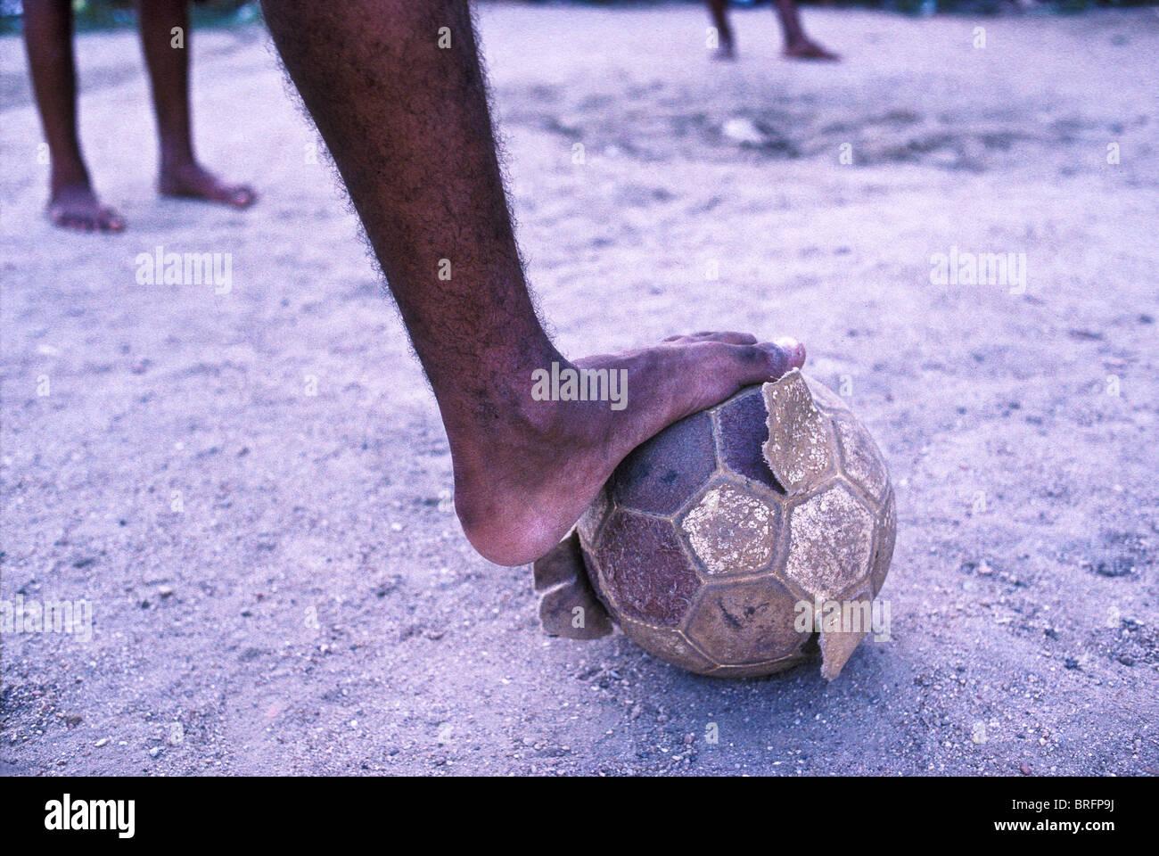 Ein zerlumpter, nackten Fußball in einer Favela von Rio De Janeiro, Brasilien. Stockfoto