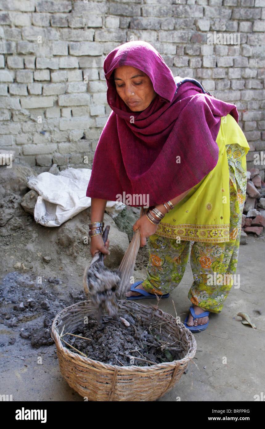 Dalit-Frau aus der Besetzung der Unberührbaren arbeitet als Scavangers, Reinigung von menschlichen Exkrementen. Stockbild