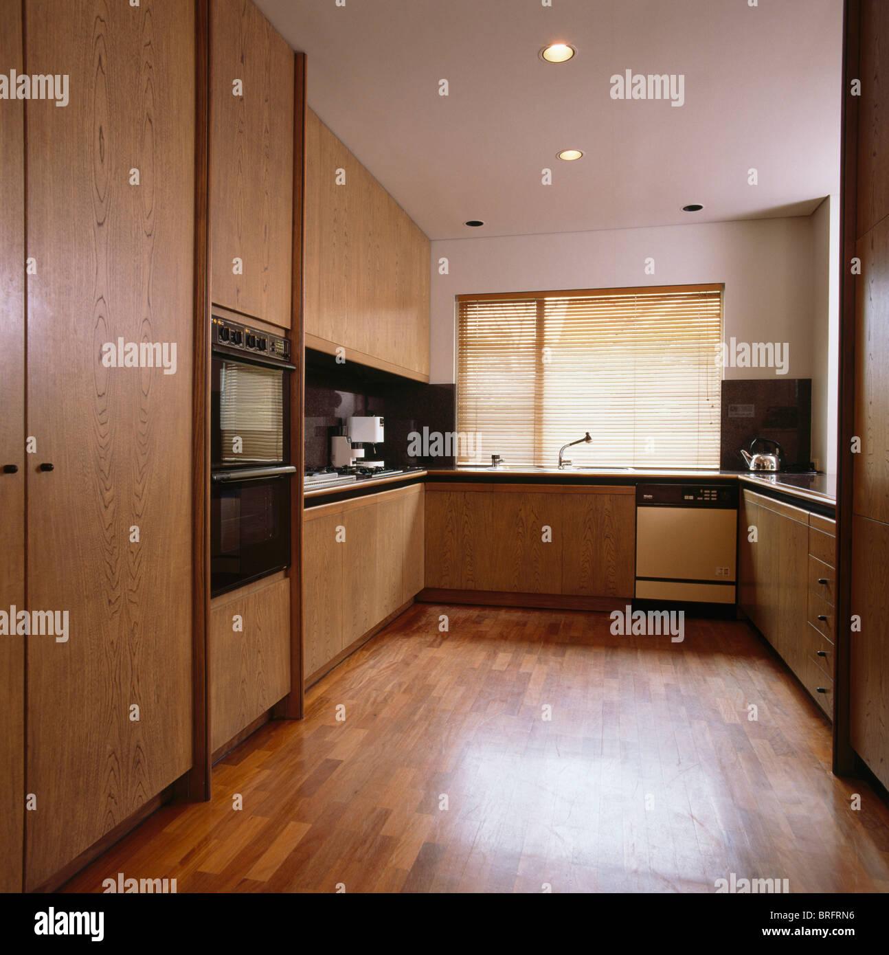 Holzboden Und Einbauschranke In Modernen Neutral Kuche Mit Holz