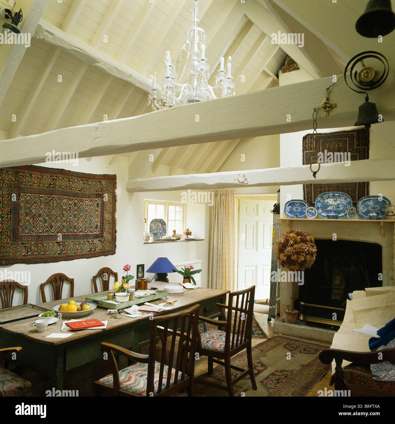 Antiker Tisch und Stühle in Scheune Umbau Speisesaal mit Creme ...
