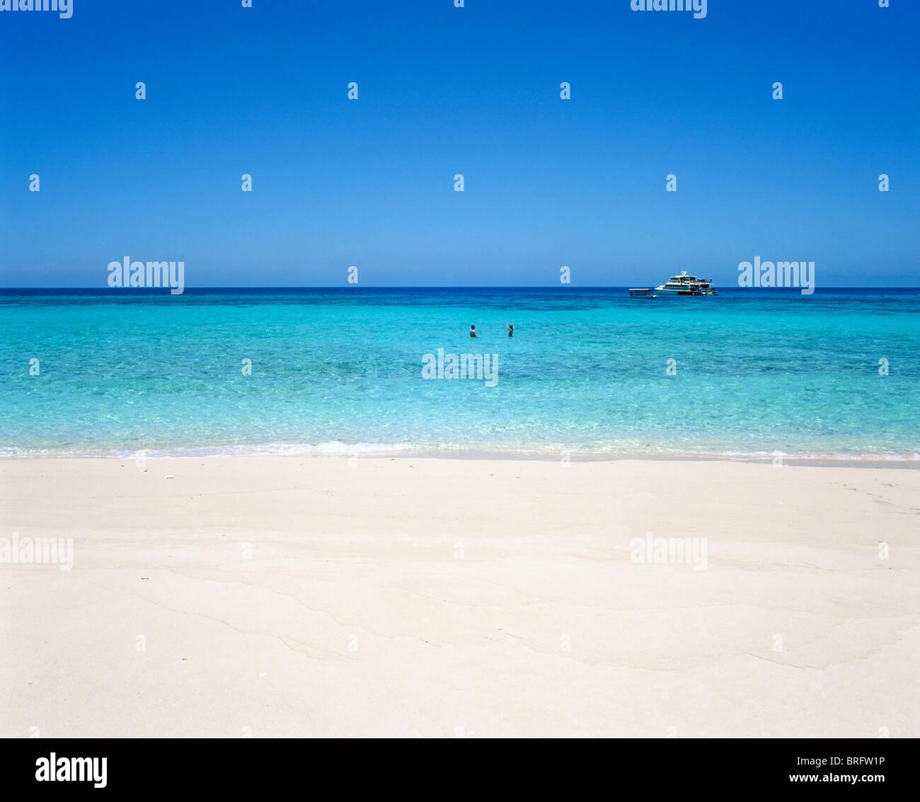 Sandbank mit Ausflugsschiff in Ferne, Great Barrier Reef, Cairns, Nord-Queensland, Australien Stockbild