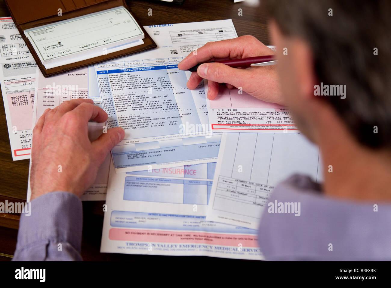 Mann, die Zahlung von Rechnungen tun Papierkram Finanzen Stockbild