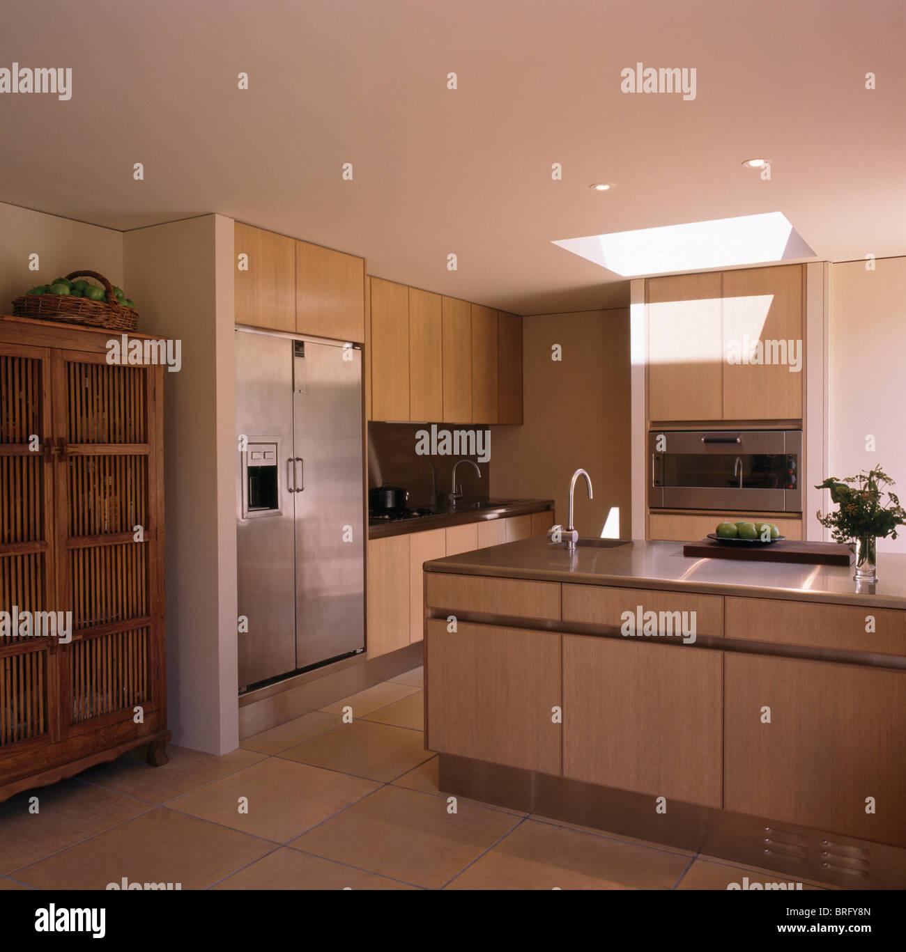 Große Edelstahl Amerikanische Kühlschrank In Modernen Neutral Küche Mit  Edelstahl Arbeitsplatte Auf Insel Einheit