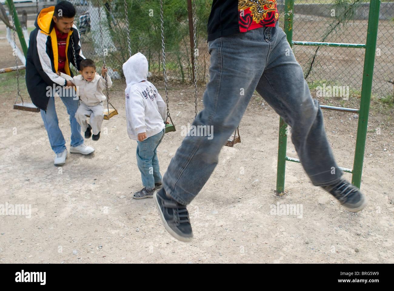 Klettergerüst Haus : Mauricio und seine söhne spielen auf der schaukel klettergerüst