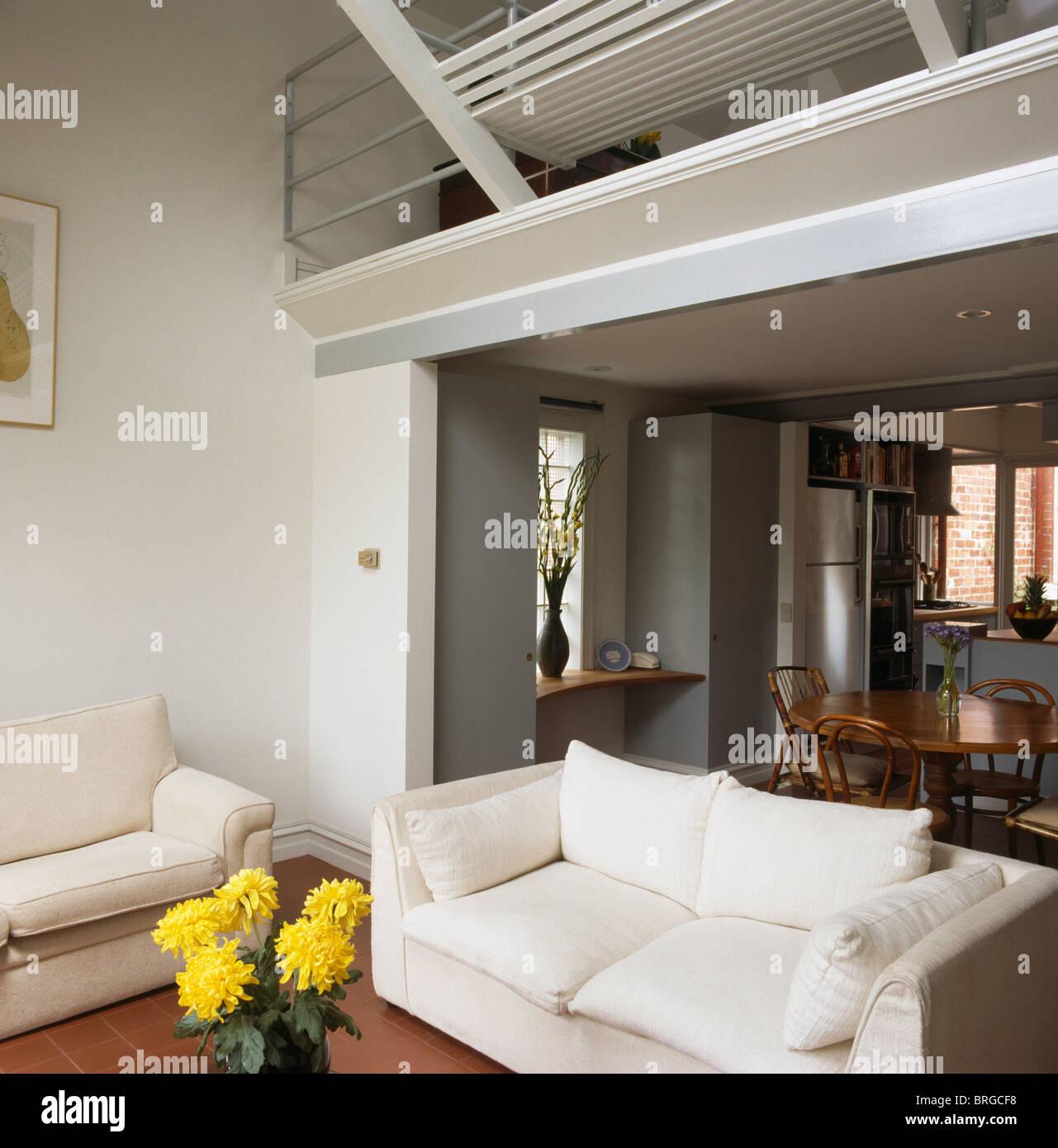Weiße Sofas in doppelter Höhe offene moderne weiße Wohnzimmer mit ...