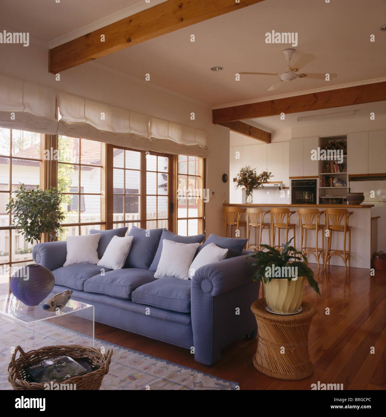 blaues sofa mit wei en kissen in modernen wei en offenen wohnzimmer und k che erweiterung mit. Black Bedroom Furniture Sets. Home Design Ideas