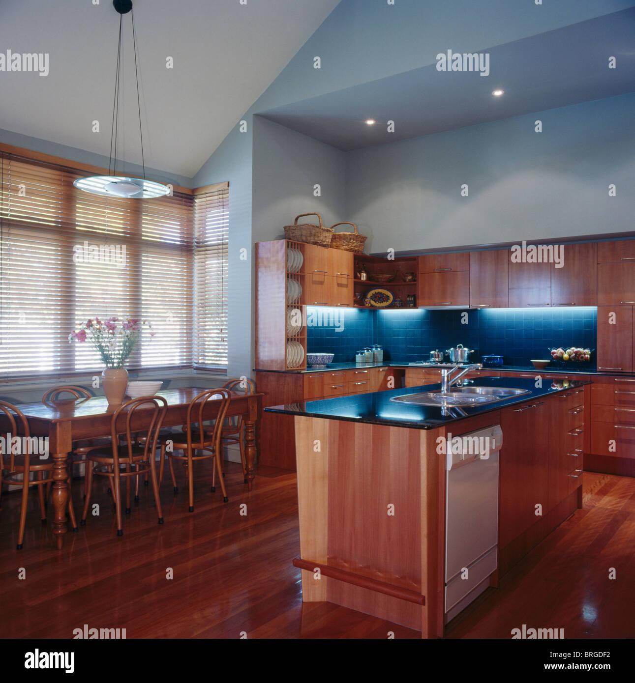 Alte Kiefern Tisch und Bugholzstühle in modernen blass blauen Küche ...