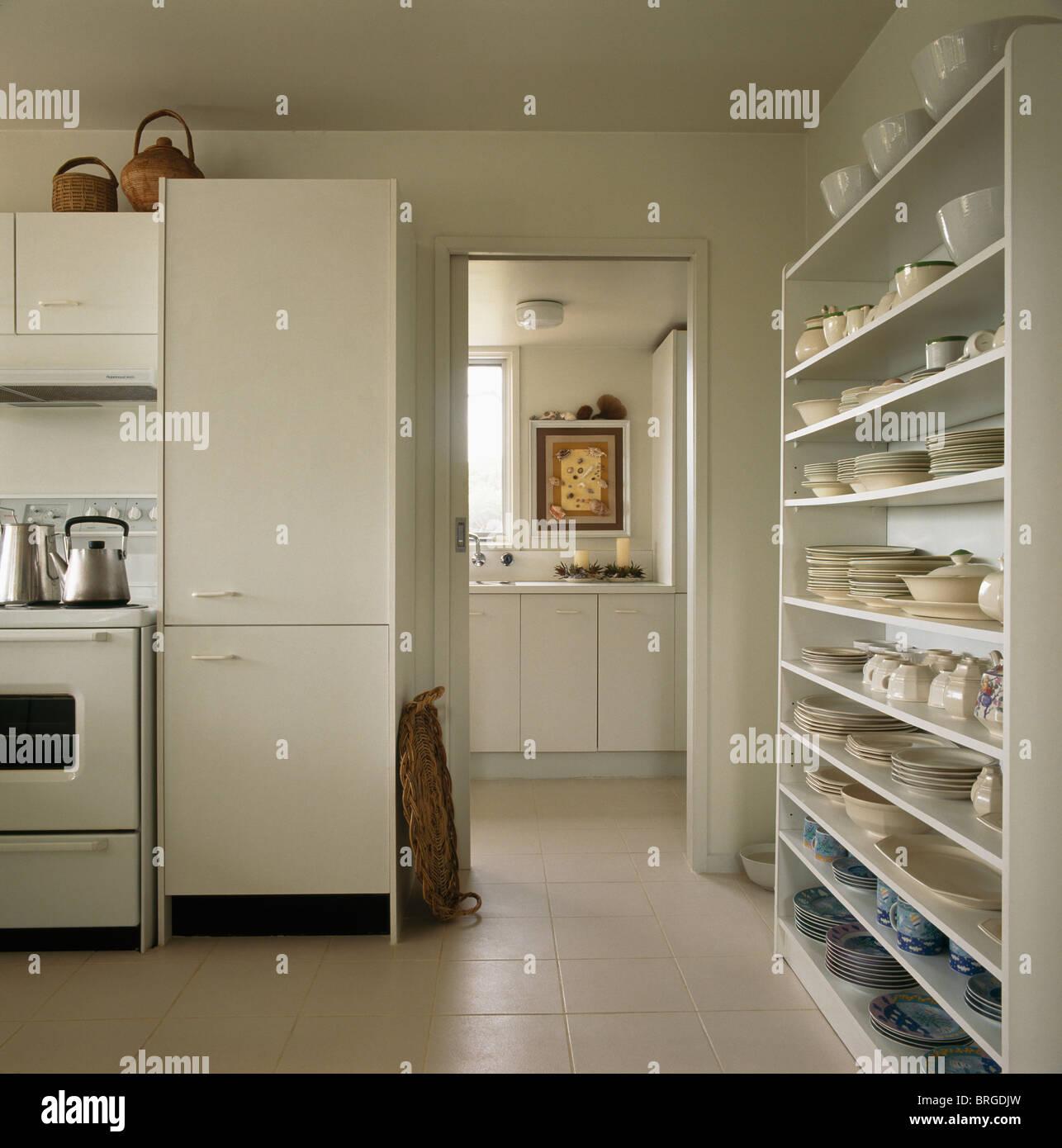 Regale über eine Mauer in modernen weißen Küche mit schmalen ...