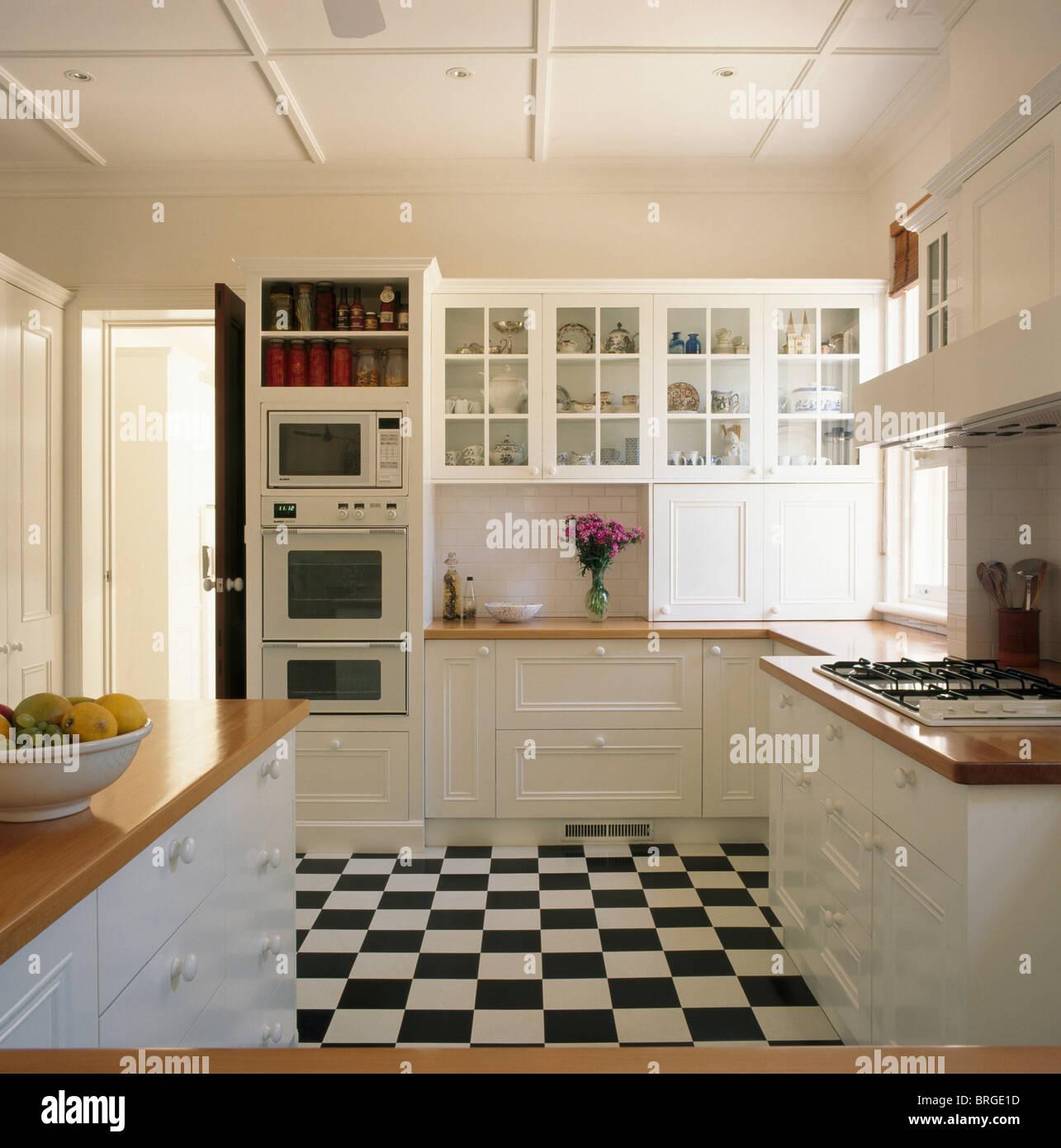 Schwarz + weiß Schachbrett Bodenbelag in weißen traditionellen Küche ...