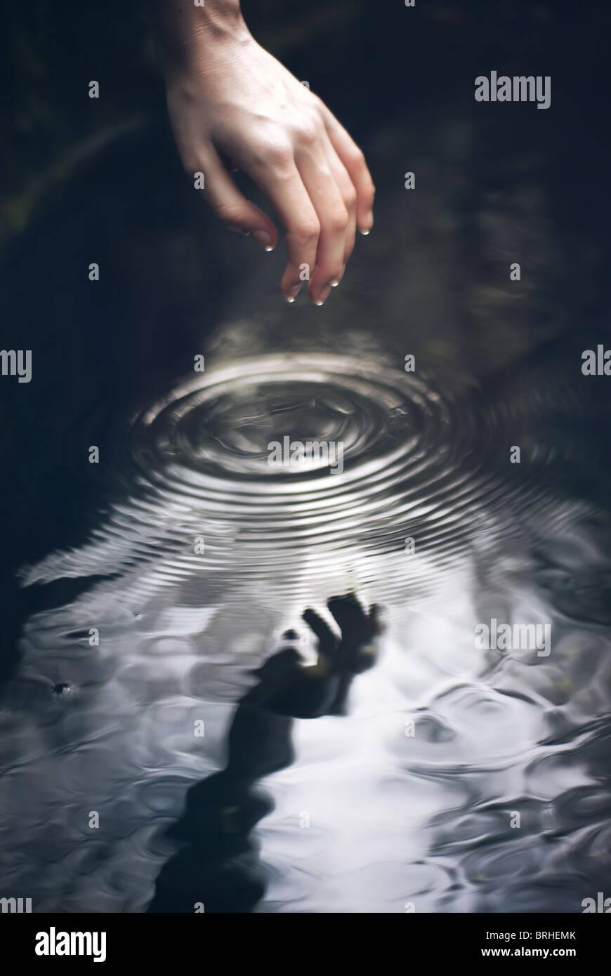 Hand ins Wasser gehen Stockbild