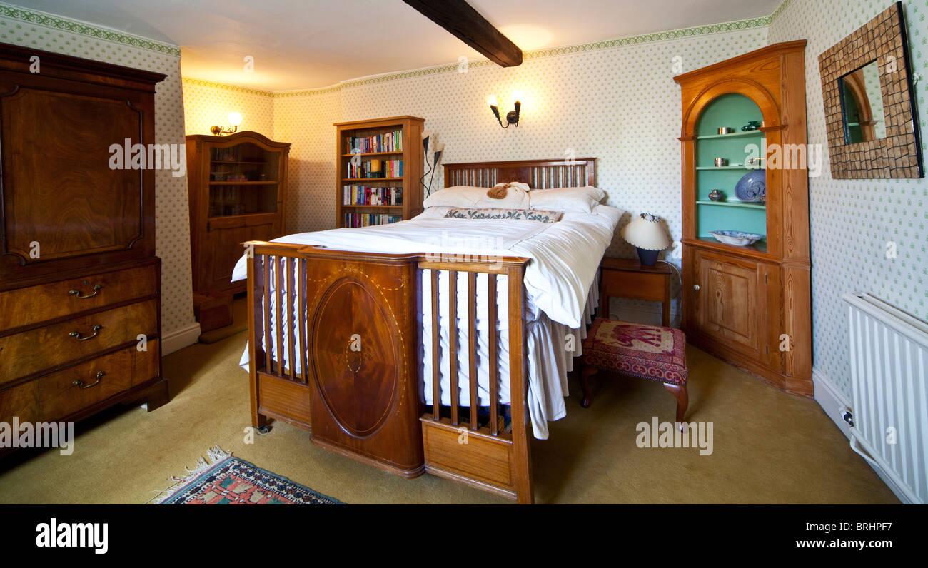 Charmant Gast Oder Haupt Schlafzimmer In Einem Englischen Landhaus Stockbild