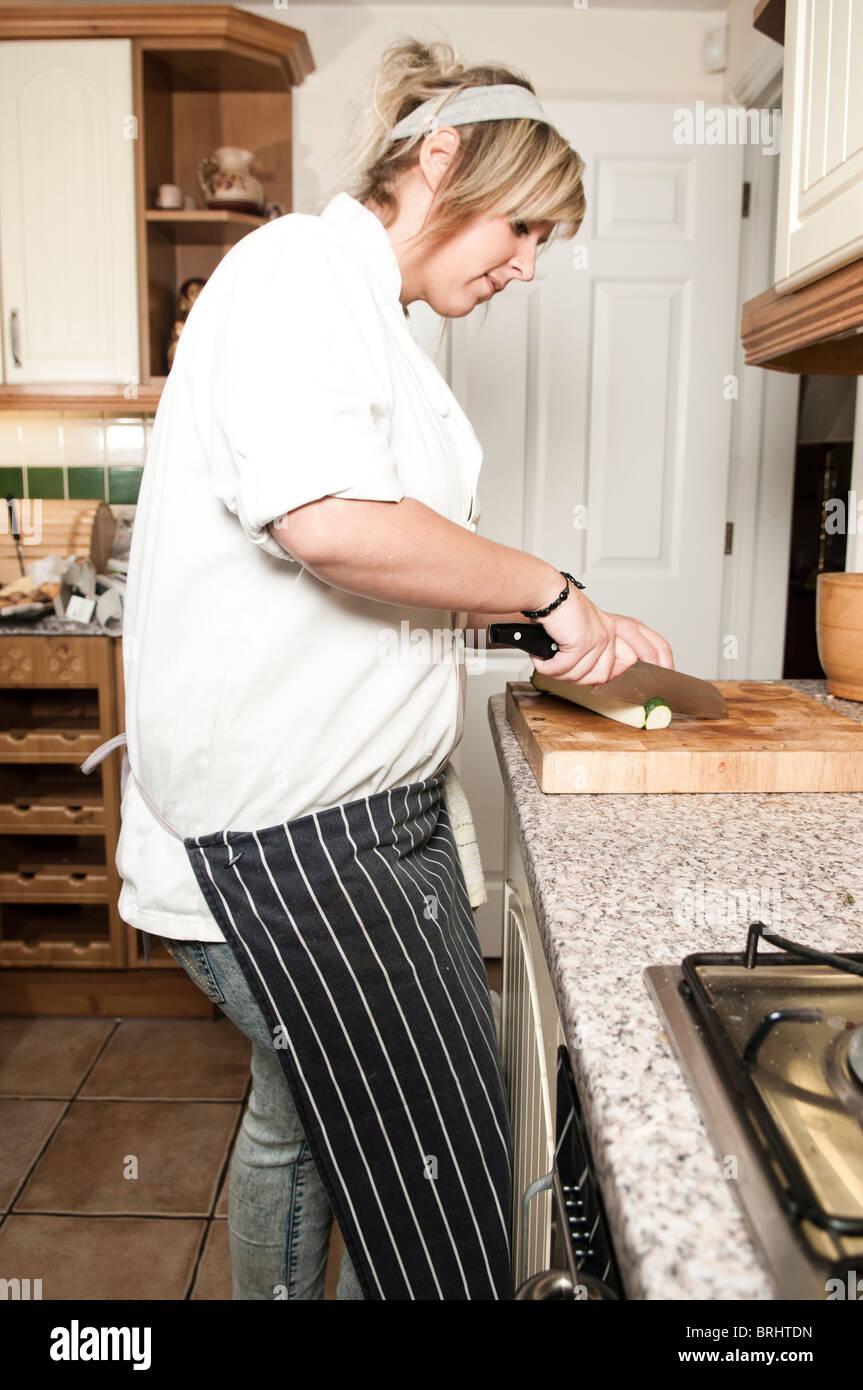 Frau Koch Hacken Gemüse auf Schneidebrett in Küche Stockfoto, Bild ...