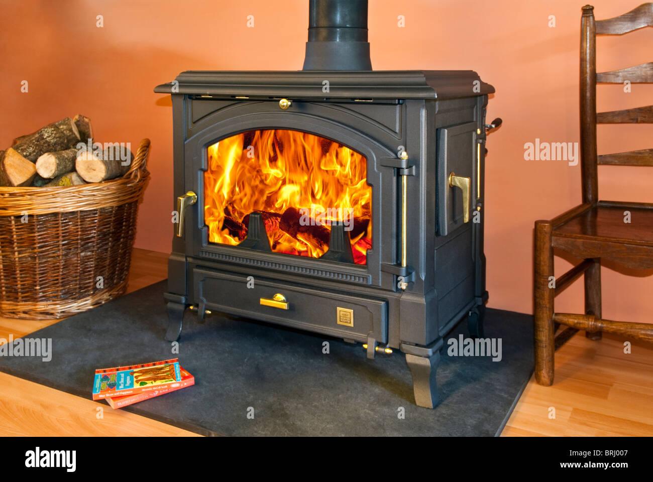 Schöne öfen franco belge holzofen ofen mit schöne flammen stockfoto bild