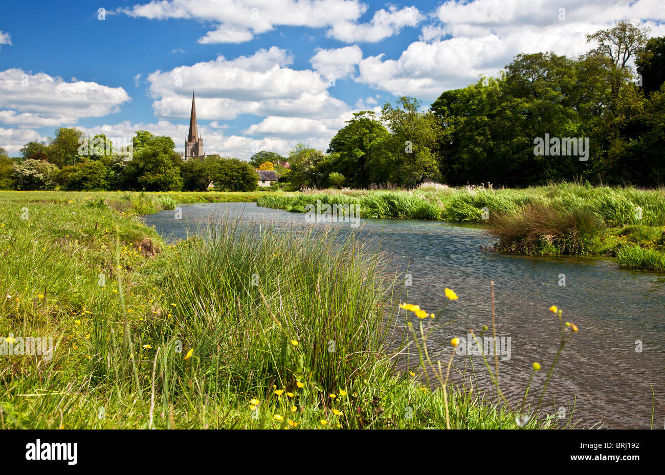 Sommer-Blick über Wiese und River Windrush, St John the Baptist Church in Cotswold Stadt Burford, Oxfordshire, Stockbild