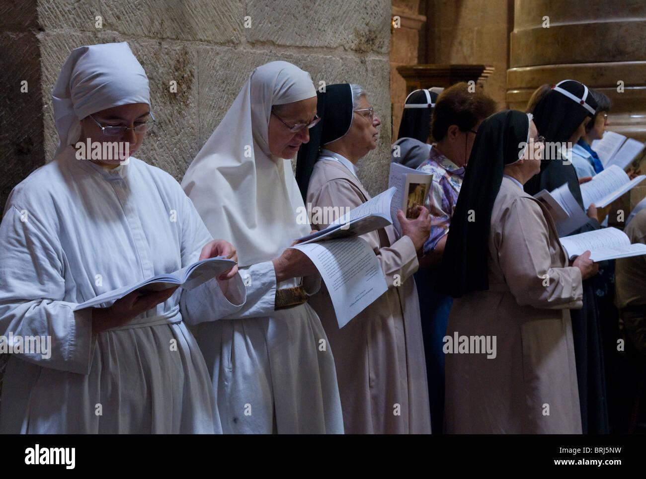 Jerusalem. Corpus Christi Latin Feier am Ende des Jahres in der Grabeskirche priesterlichen Stockbild