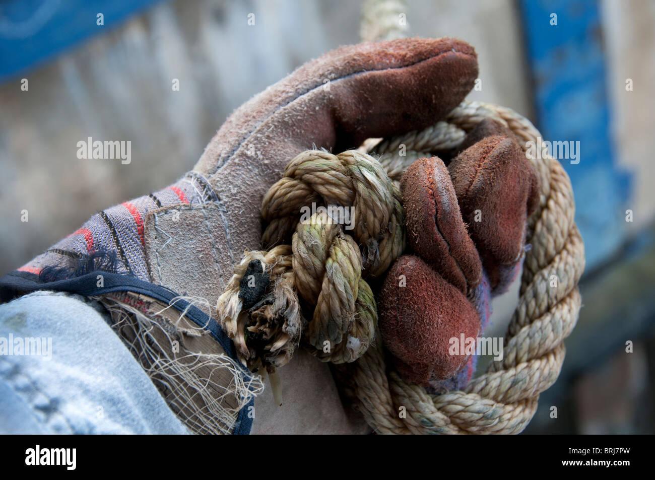 Behandschuhte Hand Seil greifen Stockfoto, Bild: 31748721 - Alamy