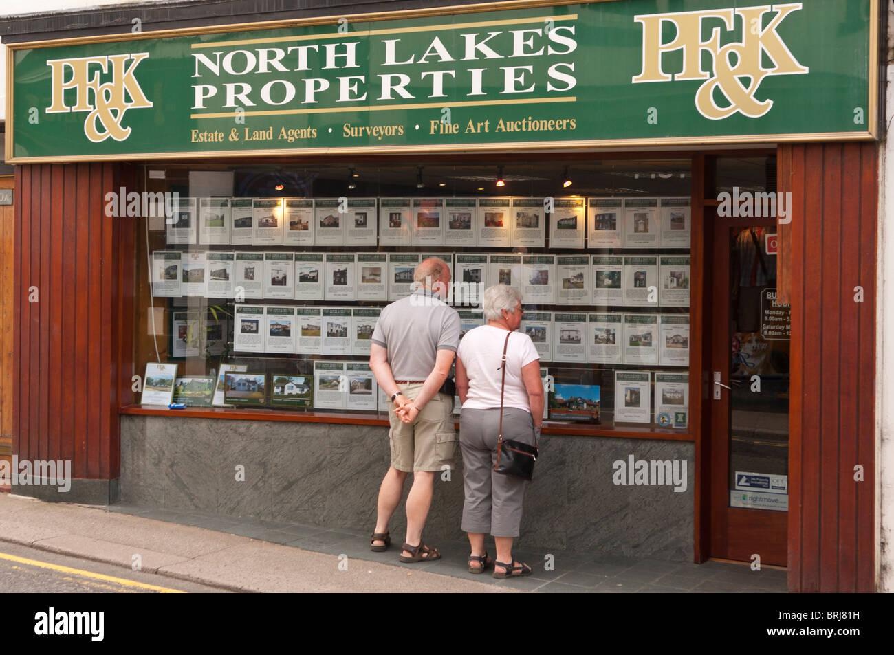 Ein paar der nördlichen Seen Eigenschaften Immobilienmakler Sichtfenster in Keswick, Cumbria, England, Großbritannien, Stockbild