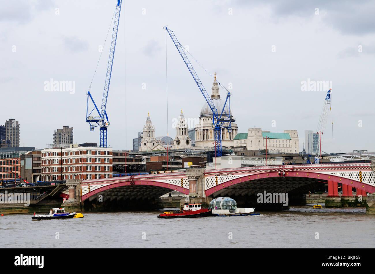 London Eye Beobachtung Kapsel beförderten auf der Themse an der Blackfriars Bridge, London, England, UK Stockbild