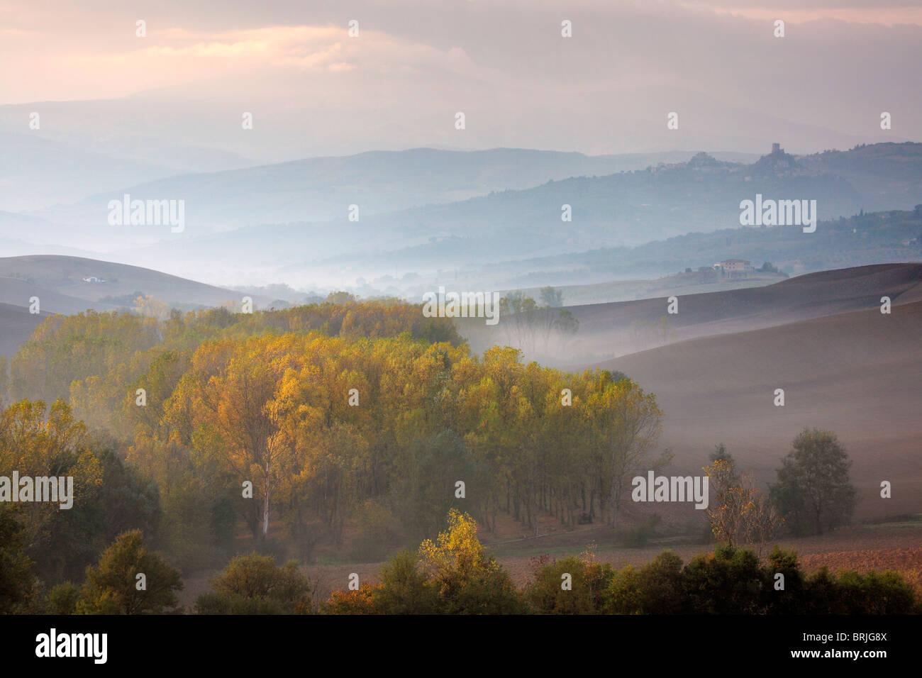 Ein Nebel gehüllten Mt Amiata erhebt sich über einem nebligen Tal in der Nähe von San Quirico D'Orcia Stockbild