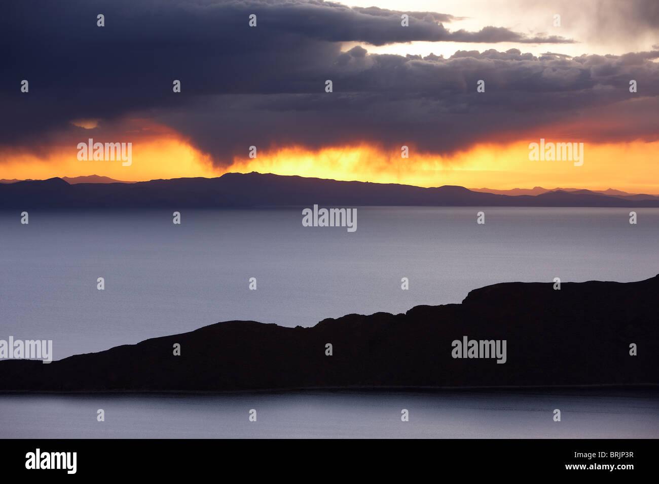 Titicaca-See in der Abenddämmerung von der Isla del Sol, Bolivien Stockbild