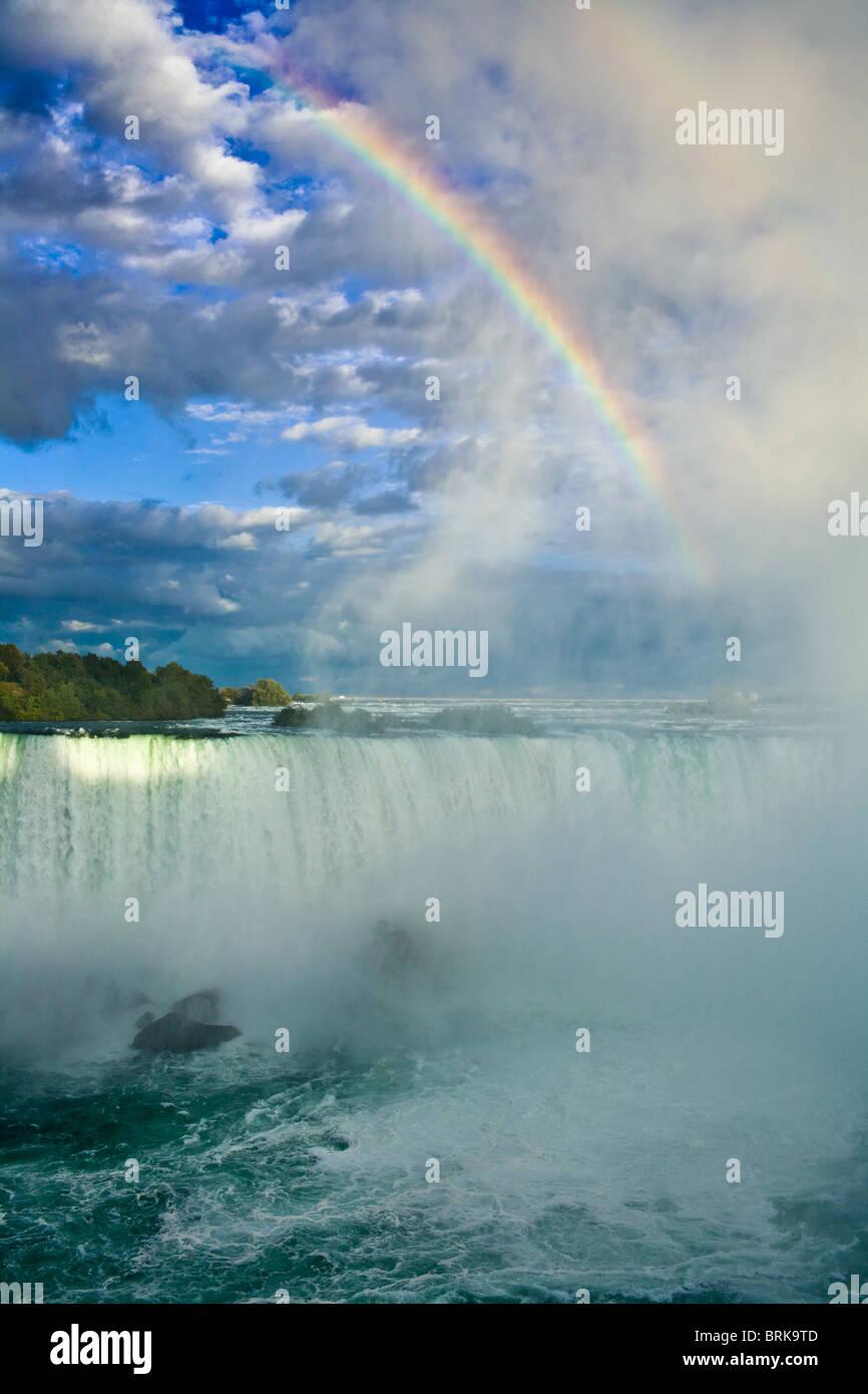 Rainbow und spektakulären Wolken über Horseshoe Falls, Niagara Falls, Ontario, Kanada Stockbild