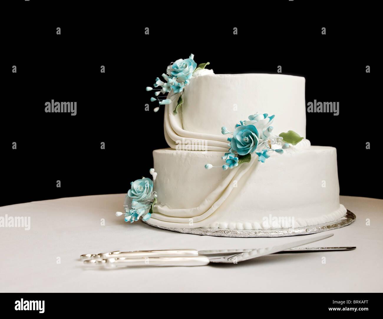 Weisse Hochzeitstorte Mit Blauen Blumen Auf Einem Tisch Mit Schwarzem