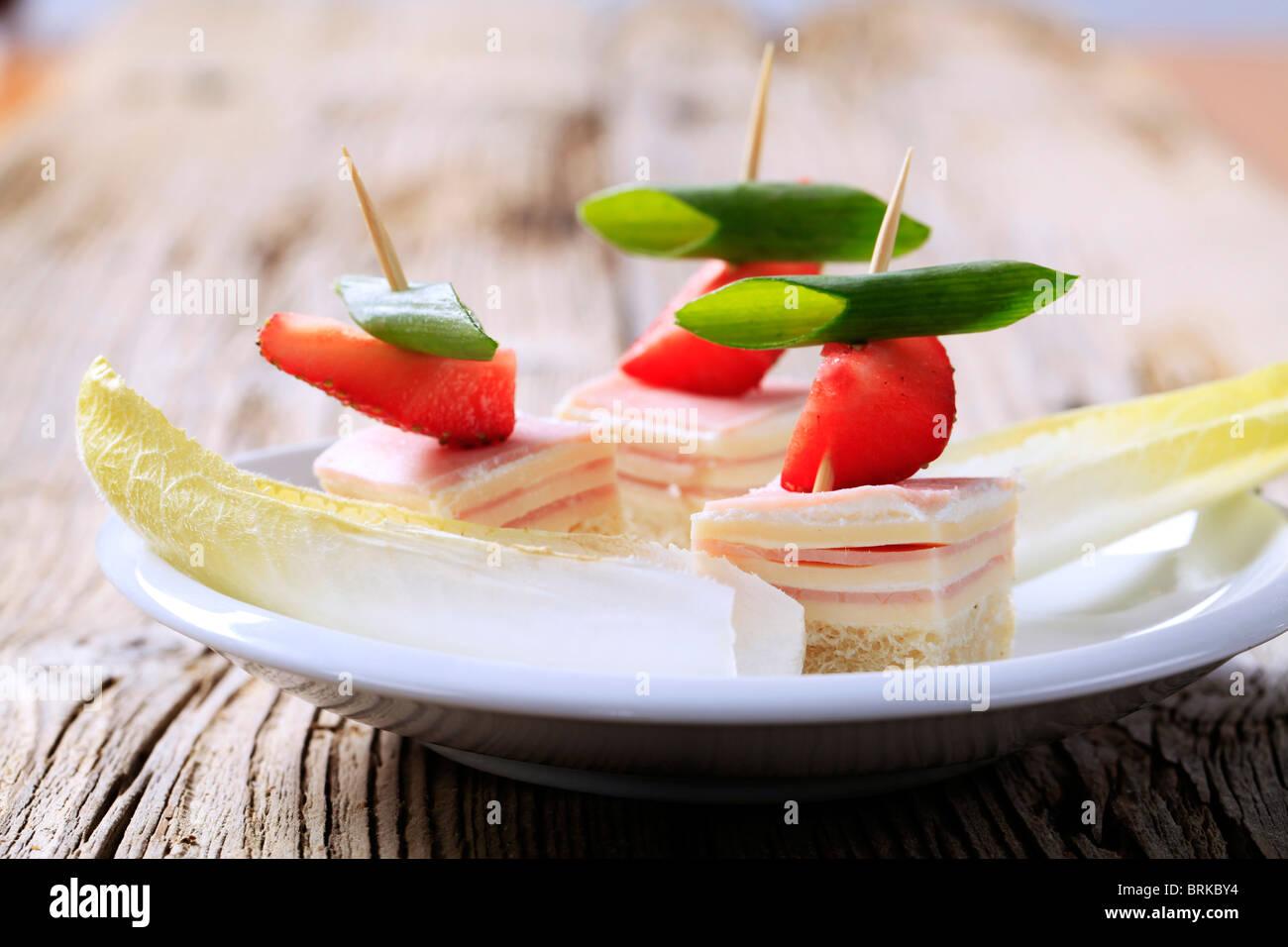 Schinken und Käse-Kanapees und Endivien Blätter Stockbild