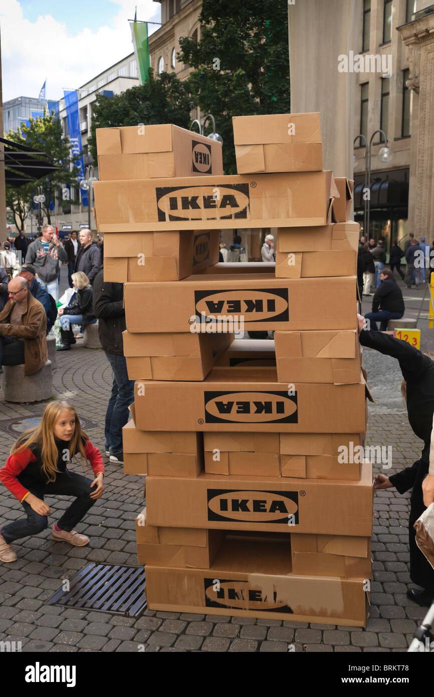 Köln Street Jenga Spielen Mit Ikea Leerboxen Stockfoto Bild