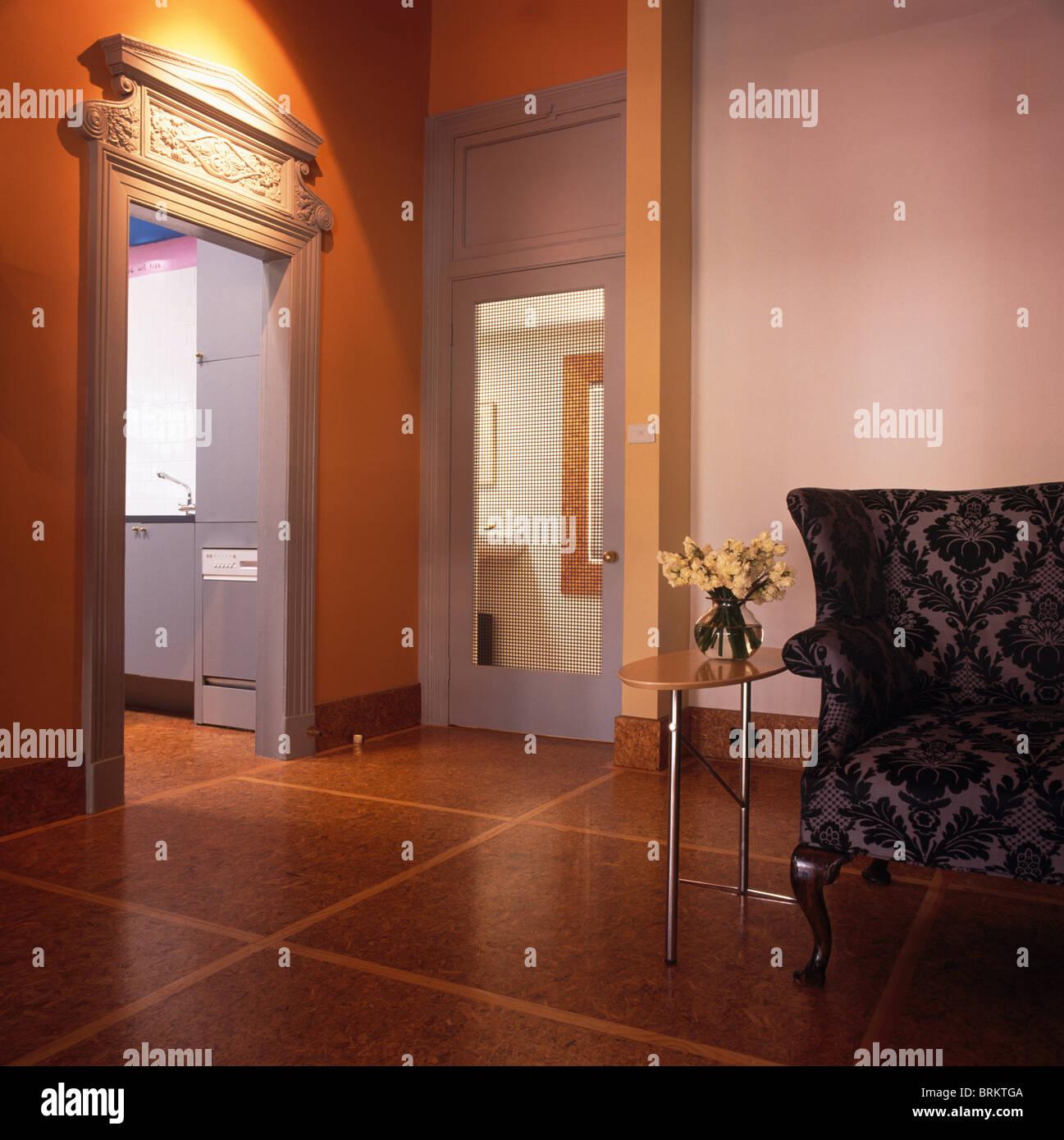 Gemusterte Schwarze Sessel Im Modernen Wohnzimmer Mit Kork