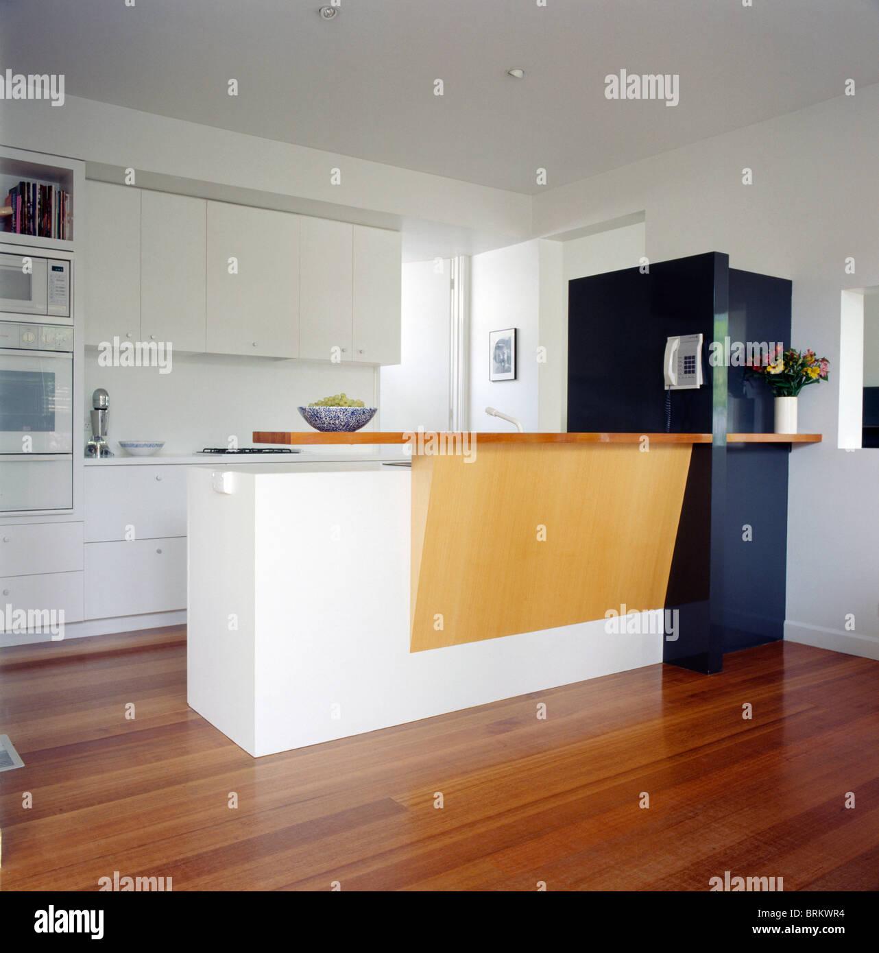 Holzboden Küche   Hellen Holz Und Weissem Insel Einheit In Modernen Weissen Kuche Mit