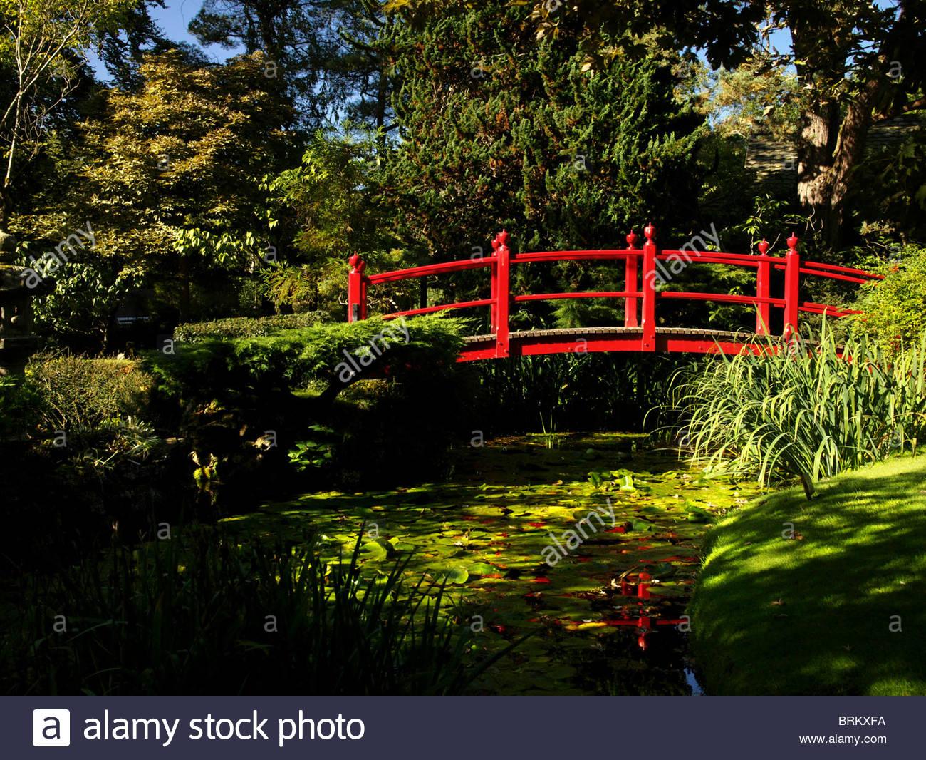 Eine rote Brücke innerhalb einer japanischen Themengarten in Irland Stockbild
