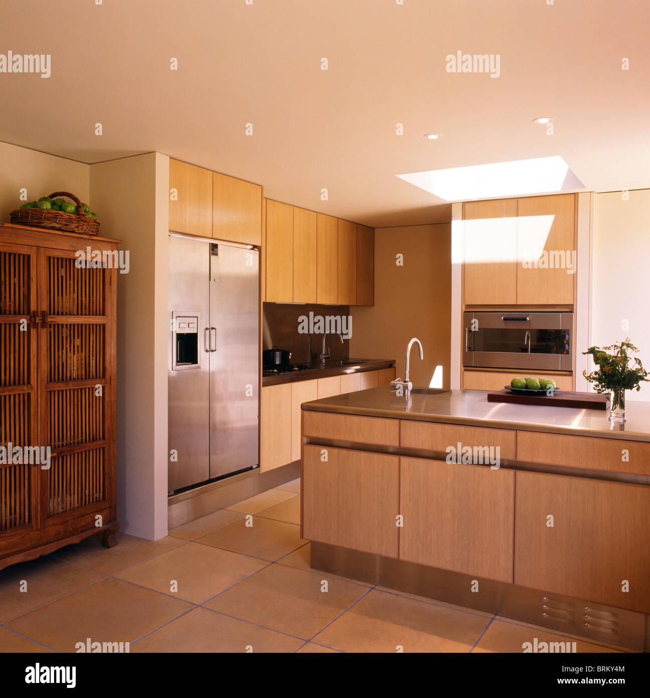Alten Holzschrank Und Großen Amerikanischen Stil Edelstahl Kühlschrank In  Modernen Küche Mit Waschbecken Im Insel Einheit