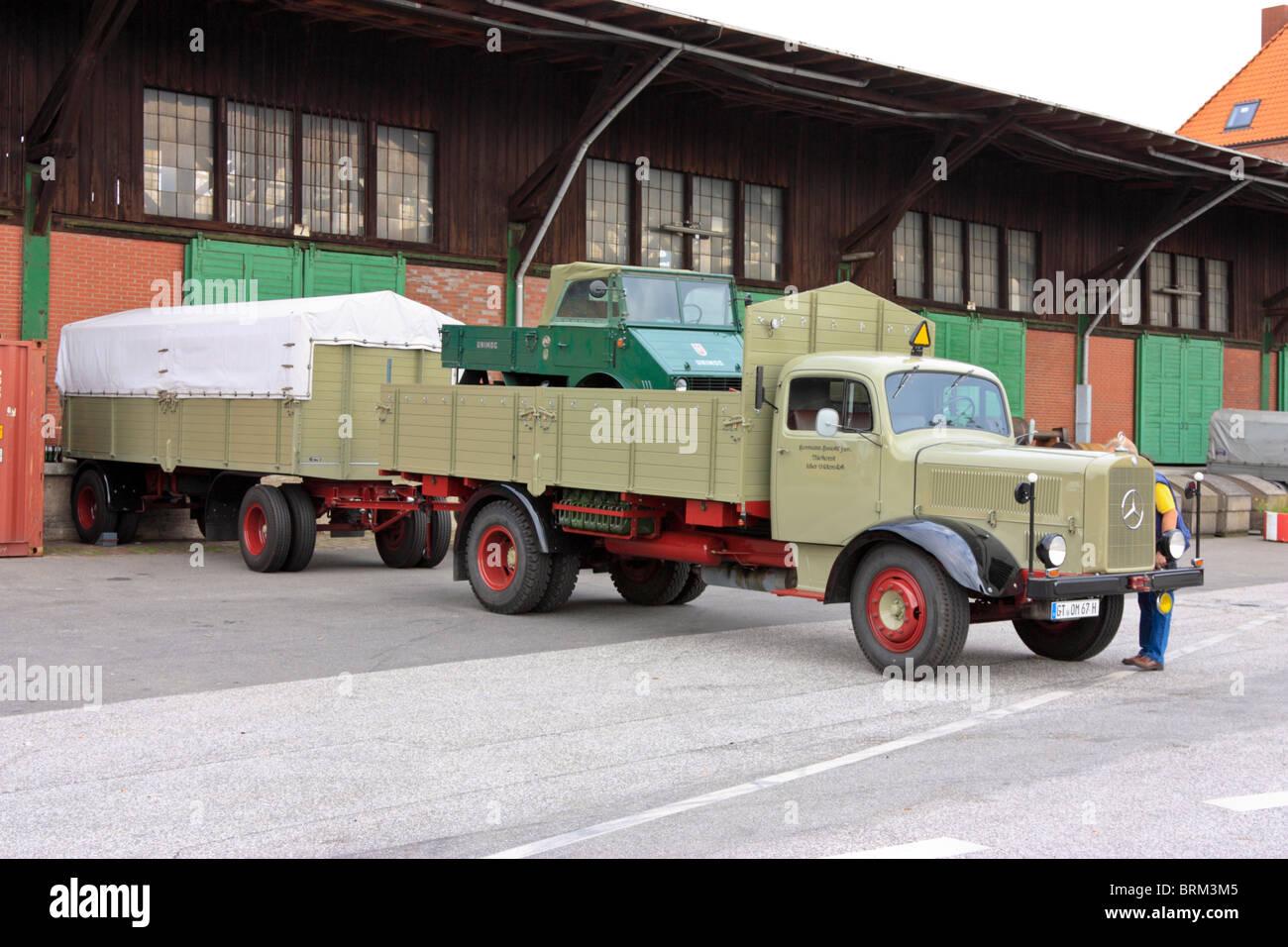 einen alten mercedes truck mit anh nger stockfoto bild. Black Bedroom Furniture Sets. Home Design Ideas