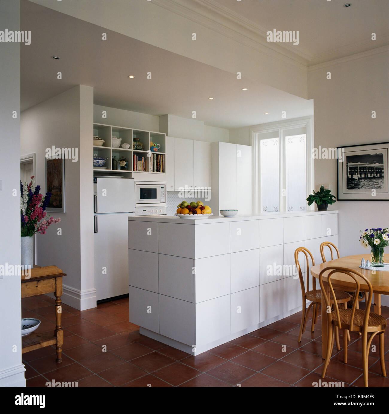Bugholzstühle und blass Holztisch in modernen weißen Küche Esszimmer ...
