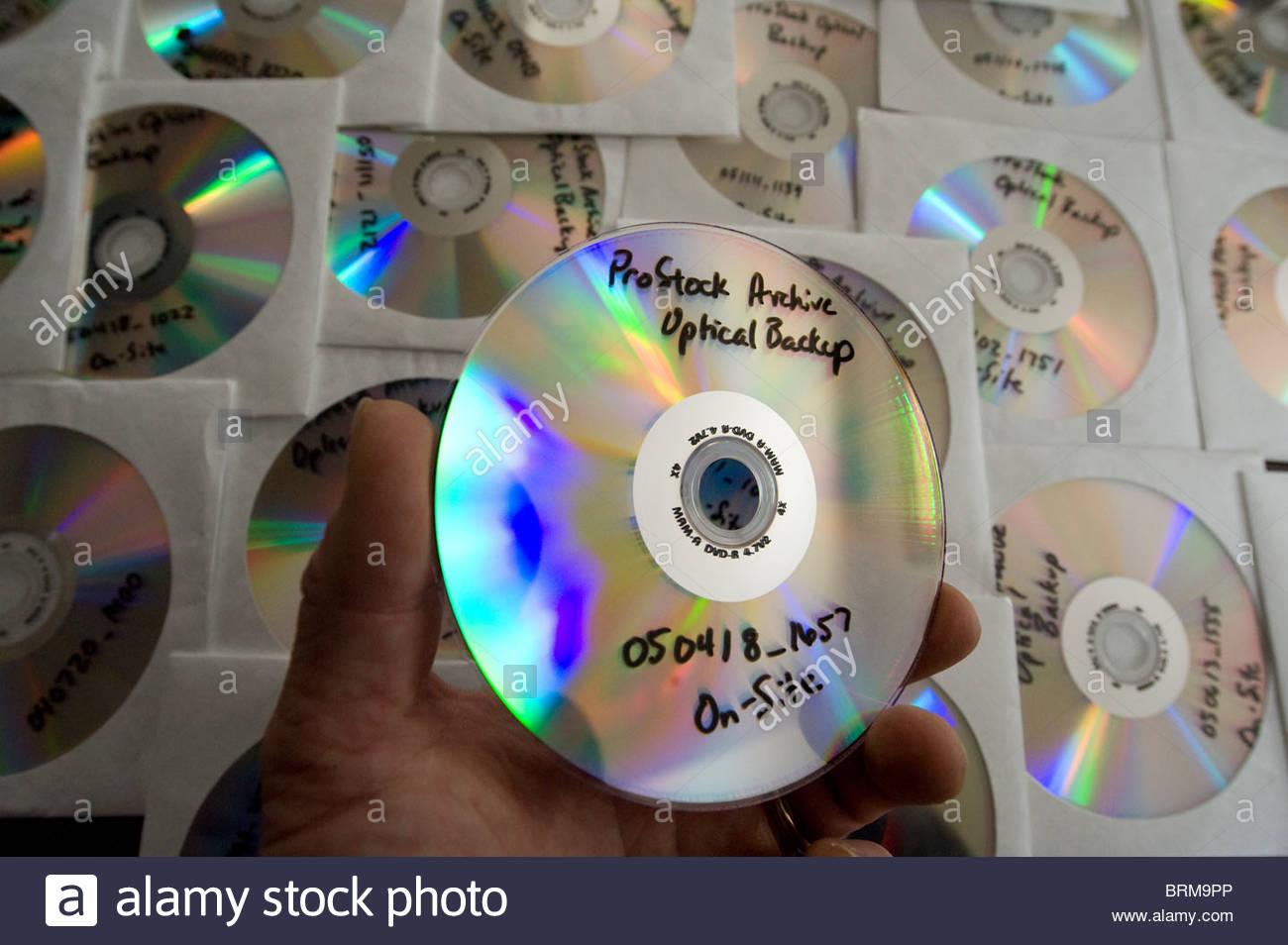 DVDs werden verwendet, um Fotos zu archivieren. Stockbild