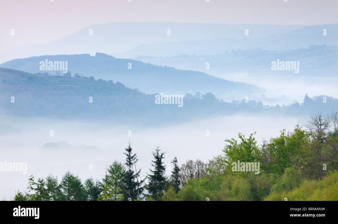 Nebligen Bergen des Brecon Beacons in der Morgendämmerung von Allt yr Esgair, Brecon Beacons National Park, Stockbild